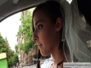 رفض اللسان العروس في السيارة في الأماكن العامة