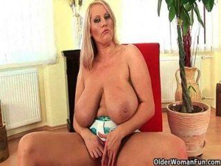 BBW الأم مع ضخمة الثدي يحتاج إلى النزول
