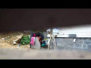 الهندي امرأة تستحم في الهواء الطلق