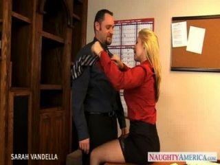 مثير سارة فانديلا يعطي الجنس عن طريق الفم