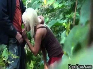 جاكي الفرح مارس الجنس في الغابة