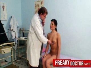 هوتي التشيكية ريهانا صموئيل التدقيق طبيب نسائي