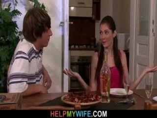 البيتزا الرجل يفعل زوجته الشابة