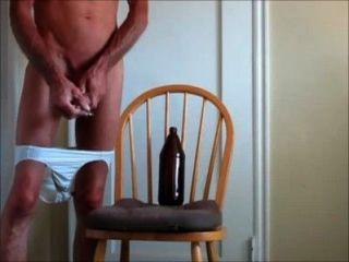 مارس الجنس في القضيب وكبيرة في المؤخرة مع سراويل إلى أسفل