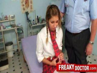 طبيب كس القديم يعامل فتاة في المدرسة راشيل إيفانز