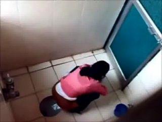3 كلية البنات pissin في المرحاض من كلية مومبي الشهيرة