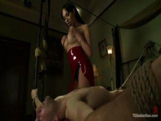إيزابيلا ميا في trapandar اللاتكس الأحمر