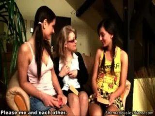 يوضح المعلم القديم الطلاب في سن المراهقة لها كيف لتقبيل الفتيات والحيوانات الأليفة