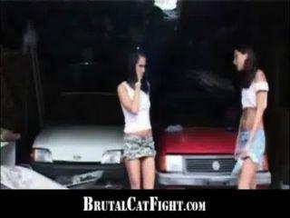 يضرب امرأة سمراء سلوتي ومارس الجنس من الصعب من وراء