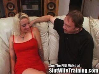 زوجة شقراء أجنبية مارس الجنس على الأريكة