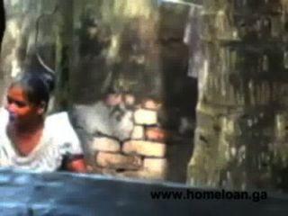 قرية البنغالية فتاة مفتوحة حمام ساخن