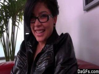 امرأة سمراء لطيف مع النظارات لديها سمع ضربة سريعة