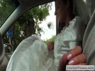 العروس اليورو إعطاء HANDJOB في بوف سيارة