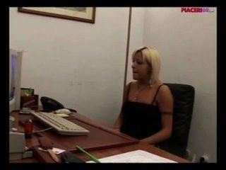 وزير شقراء الايطالية استمناء في المكتب الاباحية الايطالية