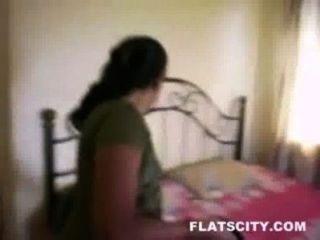 ربة منزل في السلوار إزالة والحصول على عارية في السرير