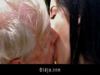 شباب امرأة سمراء وقحة الملاعين مع الجد في الحديقة