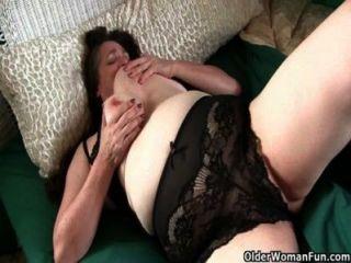 الجدة مع كبير الثدي يستيقظ قرنية