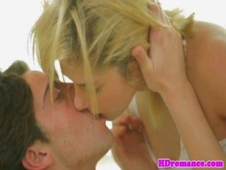 الشباب جذابة زوجين صنع الحب الساخن