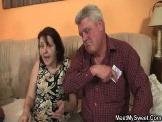 الآباء القديم يمارس الجنس لها كما انه يترك