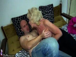 الجدة السمين القديمة في السرير وممارسة الجنس مع الرجل قرنية