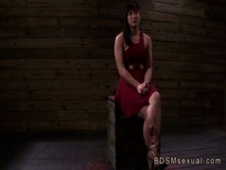 مفلس الآسيوية فاتنة ميا لى مارس الجنس كس بالسلاسل