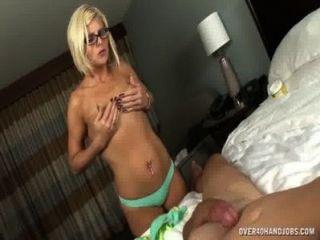 الجبهة المجردة مع الهزات الجسم مثير قبالة زوجها