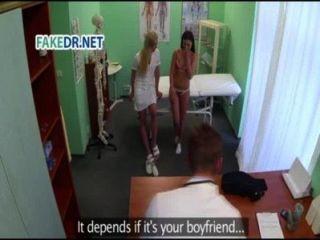 ممرضة يحصل المريض على استعداد للطبيب