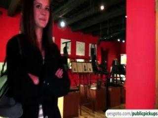 كيلي جميل يعرض الثدي والحمار في المتحف في تبادل النقدية