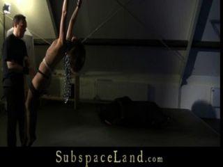 في سن المراهقة فتاة الرقيق المستعبدين للعب غريب في attick
