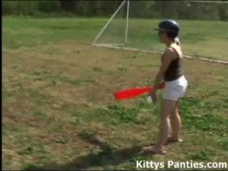 الأبرياء في سن المراهقة 18yo اللعب في الهواء الطلق لعبة البيسبول
