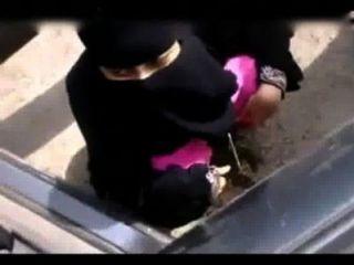 الهندي فتاة مسلمة التبول في مكان مفتوح
