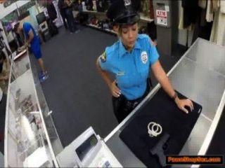 بيادق ضابط الشرطة لها بندقية ومارس الجنس