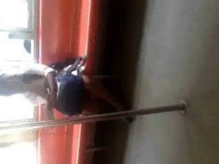 سريلانكا فتاة الساقين تظهر القطار غال لانكا