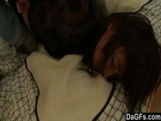 امرأة سمراء الكلبة يحصل على الجنس الشرجي الخام كنوع من العقاب