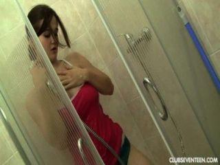 استمنى في سن المراهقة مفلس في الحمام