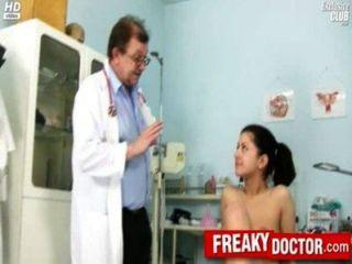 يحصل اصابع الاتهام الساخن مونيكا امرأة سمراء التشيكية من قبل الطبيب بابا