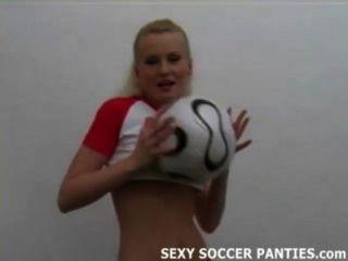 جميلة فاتنة كرة القدم البولندية تقلع ملابسها