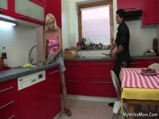 الغش الجنس في المطبخ مع الأم في القانون
