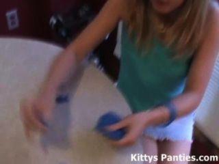 18 سنة في سن المراهقة القديم كيتي يحب اللعب مع بلايدووغ