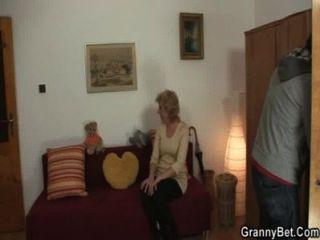 الجدة شقراء يقفز على صاحب الديك الشباب