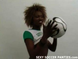 جميلة فاتنة كرة القدم الأفريقية القيام على التعري