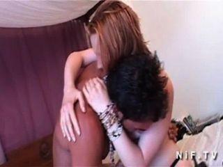 فتاة شابة جميلة في جوارب مع الثدي لطيفة اللواط عميق