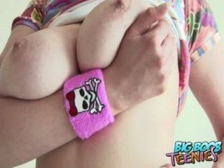 ويظهر في سن المراهقة البريطانية الهواة قبالة لها الثدي كبيرة لأنها تمتص اسكيمو لها