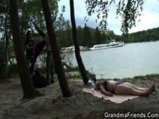 اثنين من الرجال بانج عدو السحالي قرب البحيرة