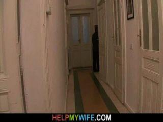 زوج القديم يدفع غريبا على الظفر لها زوجة شابة