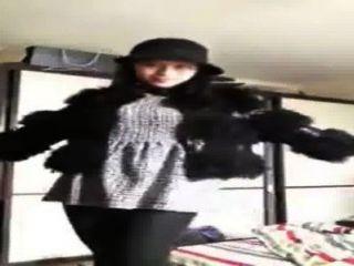 الصينية فتاة تظهر نفسها على كاميرا ويب