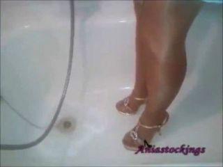 الاستحمام في ثوب أزرق، جوارب طويلة لوحتها الشمس والكعب العالي [aniastockings]