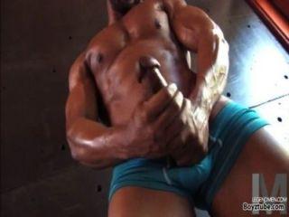 أسود مثلي الجنس قطعة كبيرة العضلات يستمني صاحب الديك كبيرة مفتول العضلات