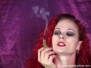 مليس أحمر يدخن السيجار في حين إغاظة لنا