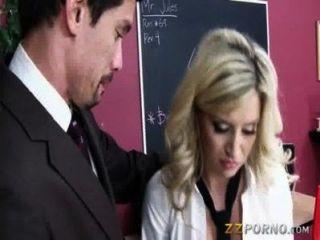 مفلس شقراء في سن المراهقة يوم سيينا تمتص الديك ومارس الجنس في المدرسة